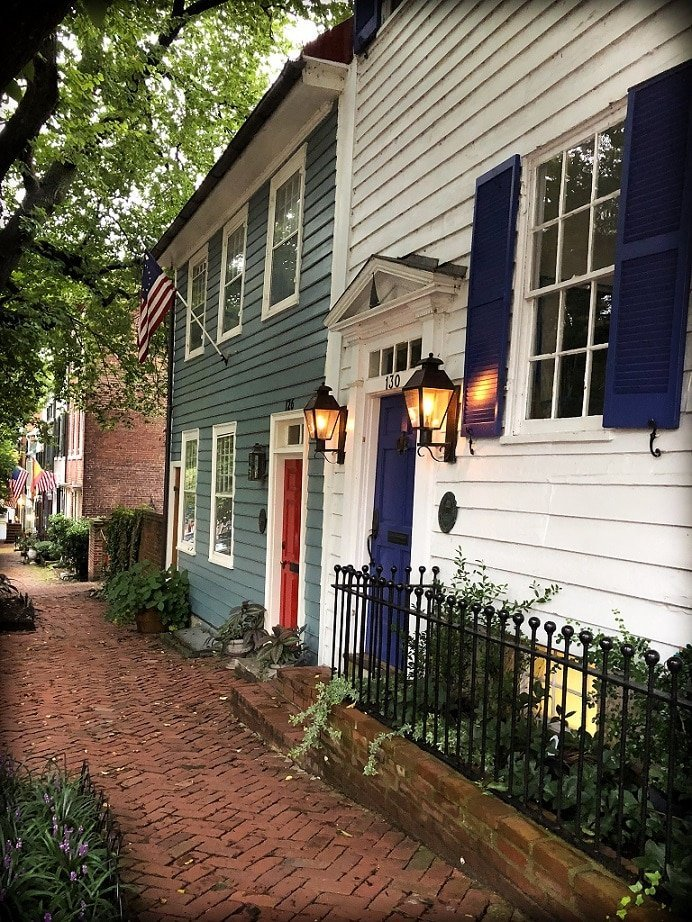 A colonial style house on a historic street in Old Town Alexandria, Virginia, one of the things to do in DC with kids
